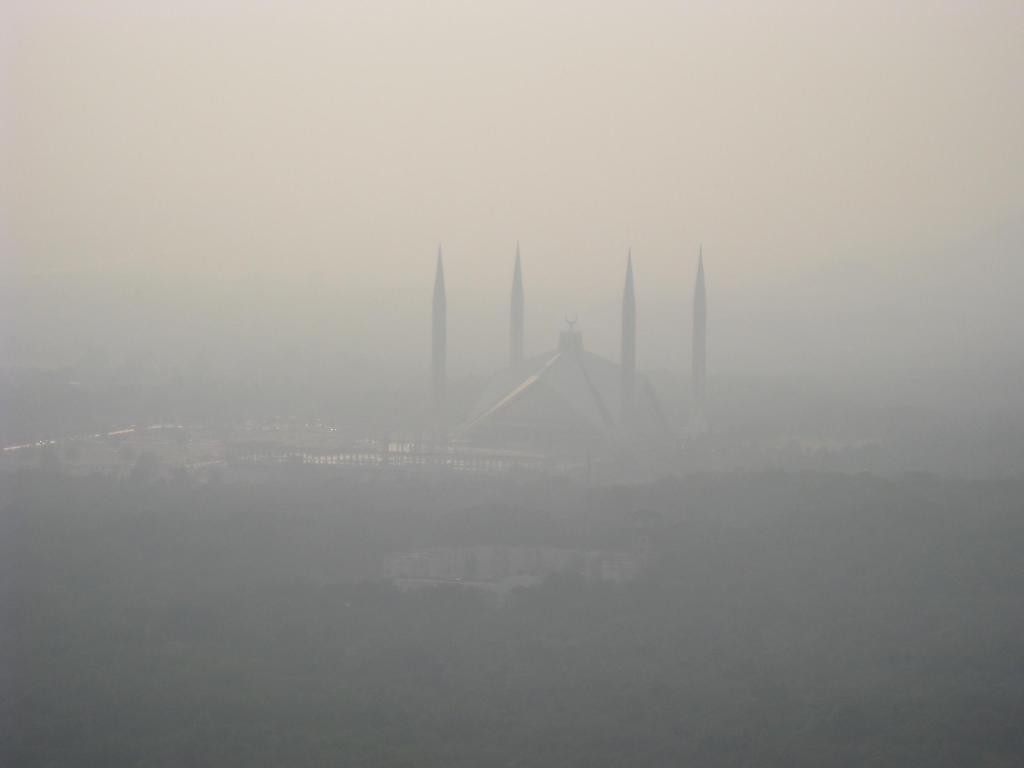 Smog blankets Faisal Mosque in Islamabad, capital of Pakistan. Photo: Wikimedia Commons