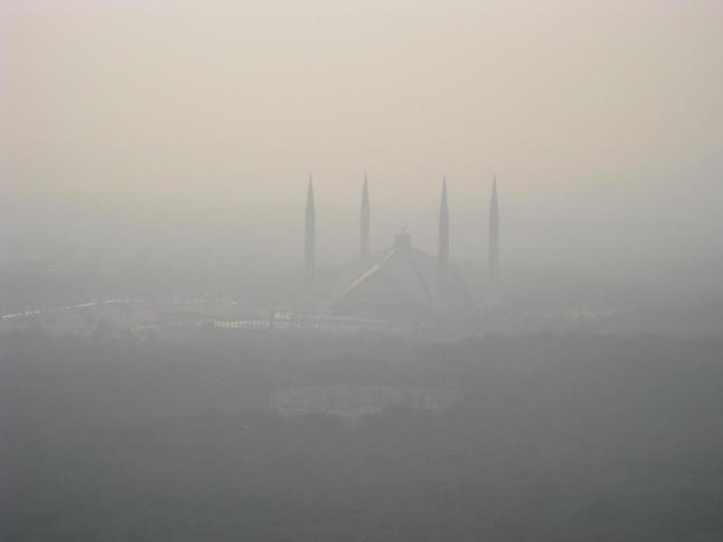 Smog blankets Faisal Mosque in Islamabad, capital of Pakistan. Photo: Wikimedia Commons