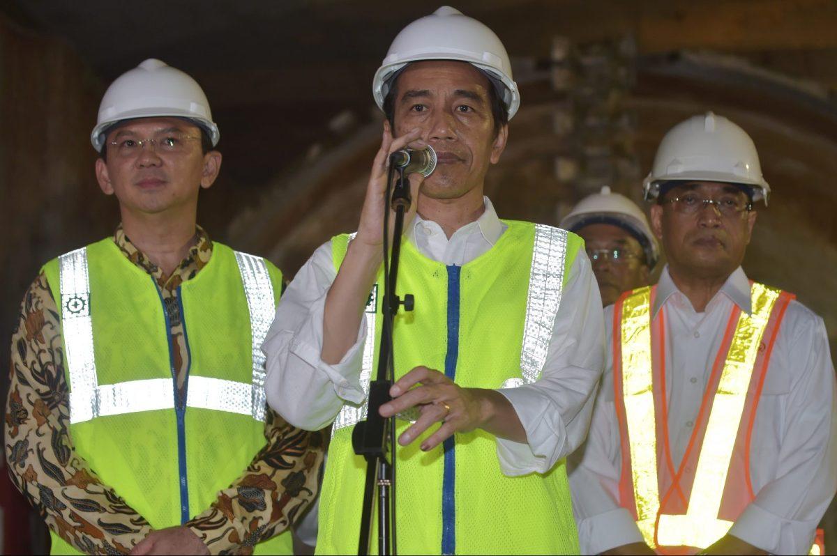 Indonesian President Joko Widodo (C) speaks during a visit to a Mass Rapid Transit (MRT) project in Jakarta on February 23, 2017. Photo: AFP/Adek Berry