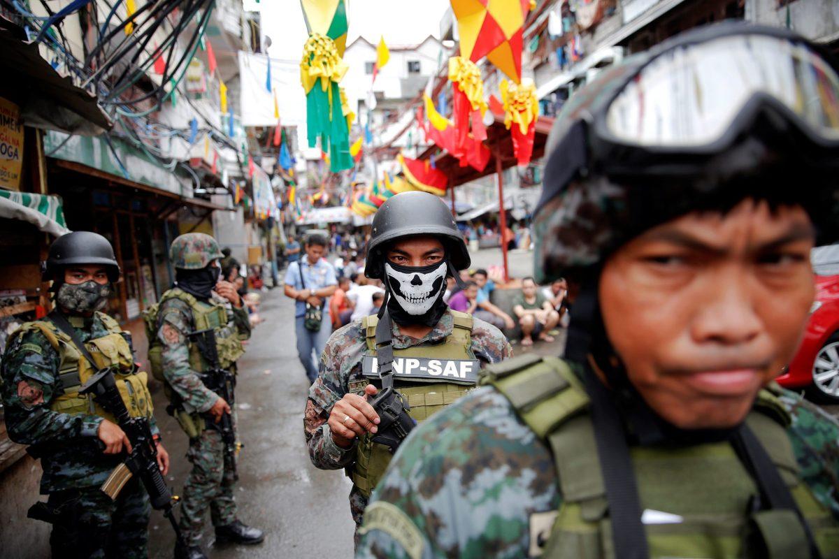 Armed security forces take part in a drug raid in Manila  on October 7, 2016. Photo: Reuters/Damir Sagolj