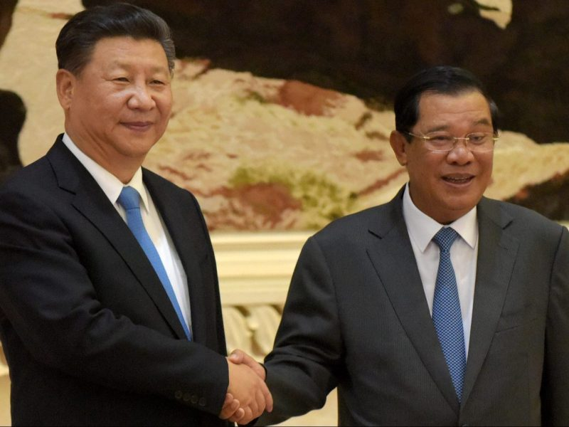 Chinese President Xi Jinping shakes hands with Cambodian Prime Minister Hun Sen during a meeting at the Peace Palace in Phnom Penh on October 13, 2016. Photo: AFP / Tang Chhin Sothy