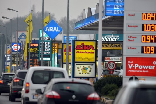 Cars drive past rows of petrol stations in Wasserbillig, Luxembourg. Photo: Harald Tittel/dpa
