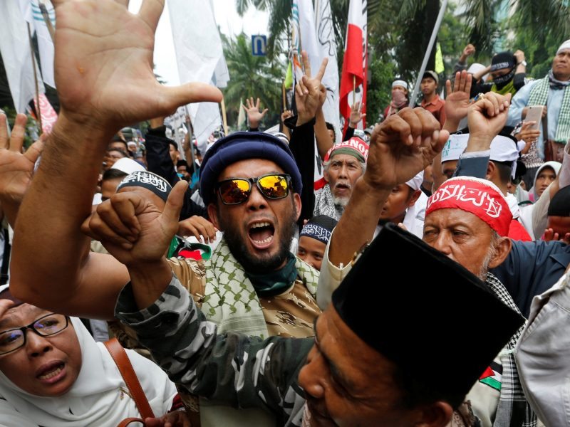 Indonesian hardline Muslims react after hearing a verdict on Jakarta's first non-Muslim and ethnic-Chinese Christian governor Basuki 'Ahok' Purnama's blasphemy trial outside a court in Jakarta, Indonesia May 9, 2017. Photo: Reuters/Beawiharta