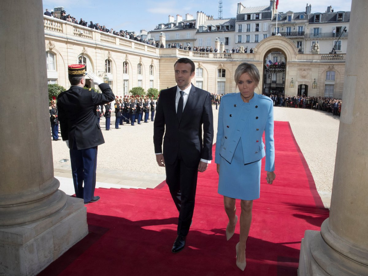 French President Emmanuel Macron and his wife Brigitte Trogneux enter the Elysee Palace during his inauguration ceremony on May 14, 2017. Photo: Reuters/Philippe Wojazer