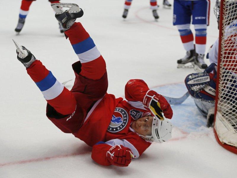Russian President Vladimir Putin  takes part in a hockey match in Sochi on May 10, 2017. Photo: Reuters/Yuri Kochetkov/Pool