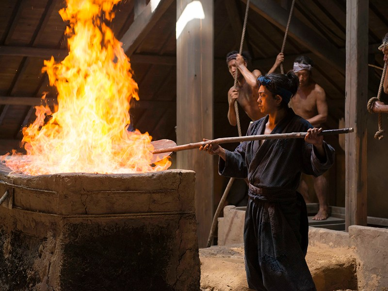 Sho Aoyagi stars as Gosuke, who has to choose between becoming a master blacksmith of samurai sword steel like his father or becoming a samurai himself to protect his village. ©2017 Tatara Samurai Production Partnership