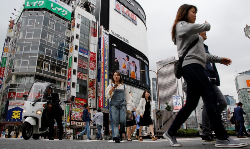 People cross a street in the Shinjuku shopping and business district in Tokyo, Japan. Photo: Reuters / Toru Hanai