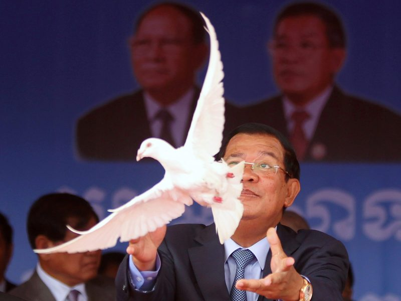 Cambodia's Prime Minister Hun Sen, who is also president of the ruling Cambodian People's Party (CPP), releases a dove to mark the 66th anniversary of the party at Koh Pich island in Phnom Penh, June 28, 2017. Photo: Reuters/Samrang Pring