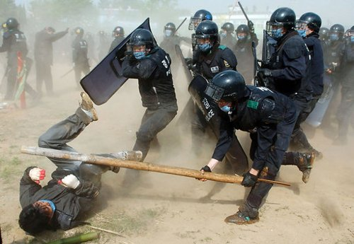 South Korean riot police use force to break up a protest in Pyeongtaek, South Korea. Photo: Seokyong Lee / Bloomberg News