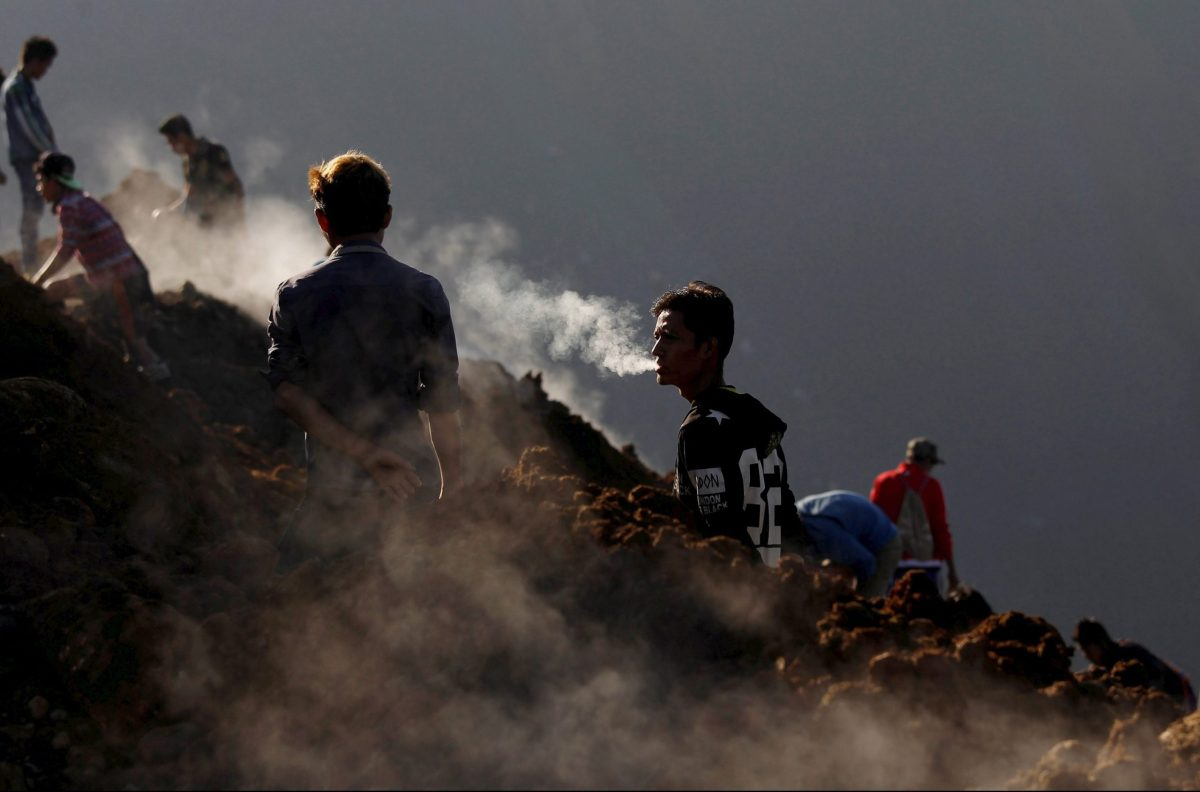 Miners search for jade stones at a mine dump at a Hpakant jade mine in Kachin state, Myanmar November 25, 2015. REUTERS/Soe Zeya Tun - RTX1VQOM