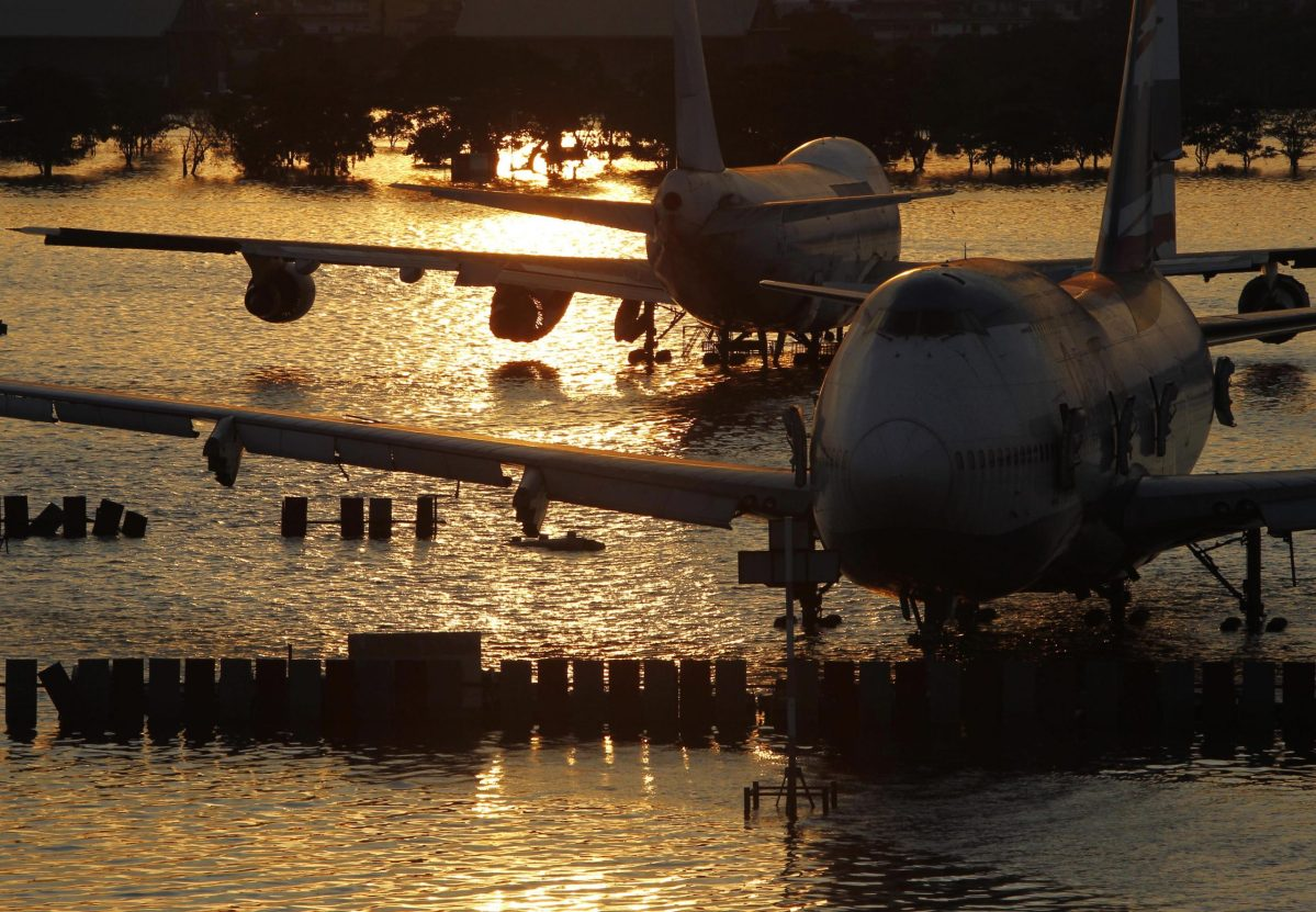 Boeing 747 aircraft sit in flood waters at Bangkok's domestic Don Muang airport in 2011.  REUTERS / Sukree Sukplang