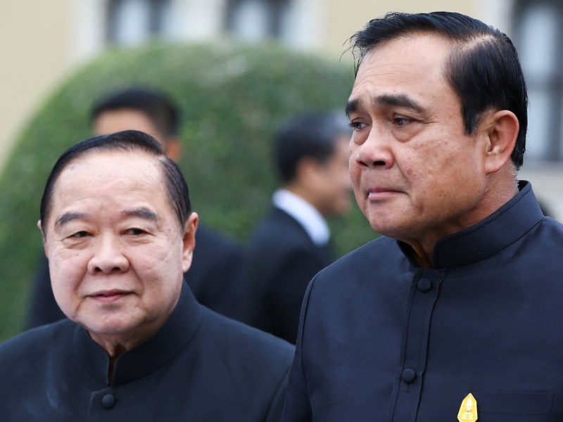 رئيس الوزراء التايلاندي «برايوث تشان أوتشا» (يمينًا)، ونائب رئيس الوزراء ووزير الدفاع «براويت ونجسوان» قبل اجتماع الحكومة اﻷسبوعي في مقر الحكومة في بانكوك في 4 يناير 2017. صورة: Reuters/Athit Perawongmetha