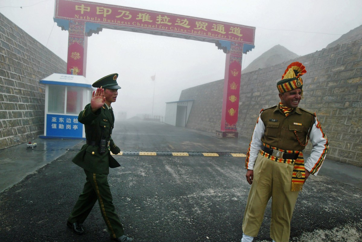 A file photo taken on July 10, 2008, shows a Chinese soldier (left) next to an Indian soldier at the Nathu La border crossing between India and China in India's northeastern state of Sikkim. Photo: AFP / Diptendu Dutta