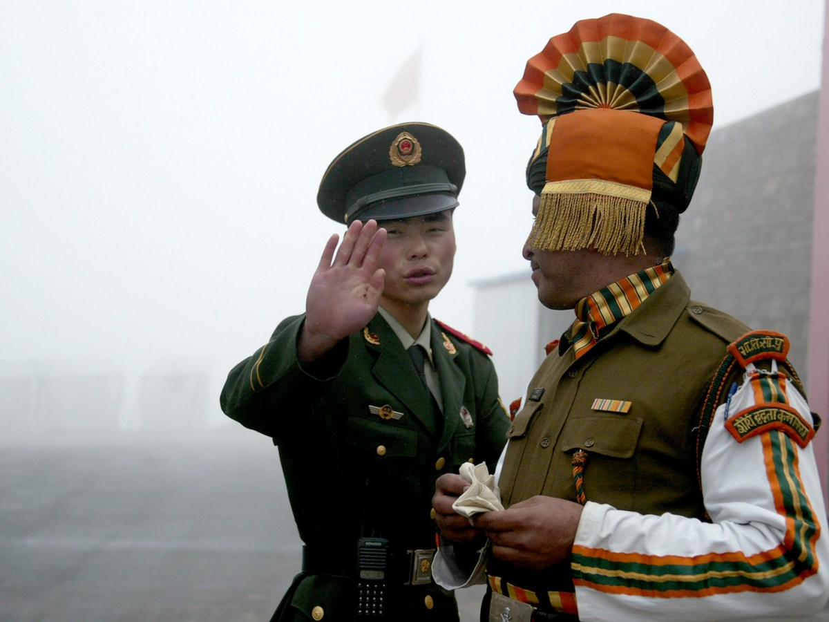 A Chinese soldier (L) next to an Indian soldier at the Nathula border crossing between India and China in India's northeastern Sikkim state in a file photo. Photo: AFP/Diptendu Dutta