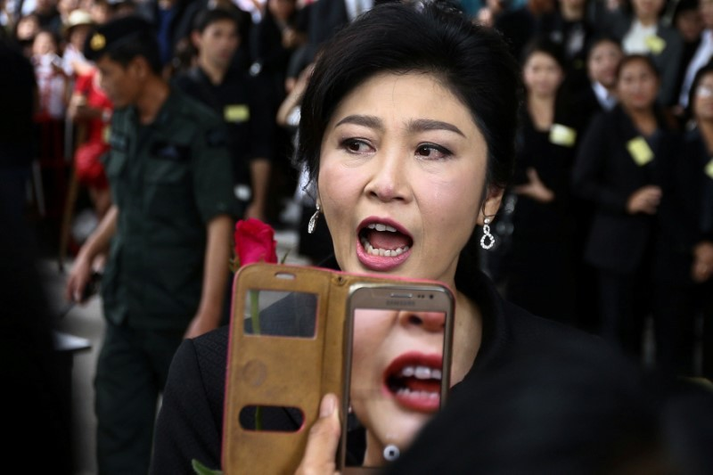 Ousted former Thai prime minister Yingluck Shinawatra greets supporters as she arrives at the Supreme Court in Bangkok, Thailand, July 21, 2017. Photo: Reuters/Athit Perawongmetha