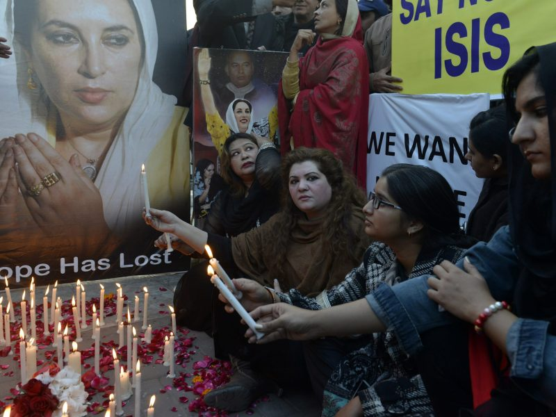 Activists light candles on the anniversary of the death of former prime minister Benazir Bhutto in Lahore, on December 27, 2015.  Photo: AFP / Arif Ali