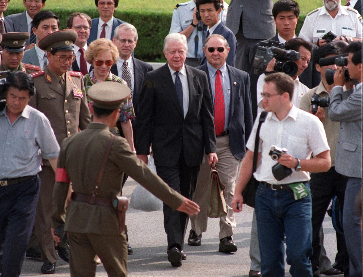 North Korean border guards show former US president Jimmy Carter (center) and his wife Rosalynn (third from left) to the South Korean side of the Demilitarized Zone (DMZ) as they leave North Korea through the Panmunjom border village after Carter's controversial meeting with the then North Korean leader, Kim Il-sung, in this file photo taken on June 18, 1994. Photo: AFP / Choo Youn-Kong