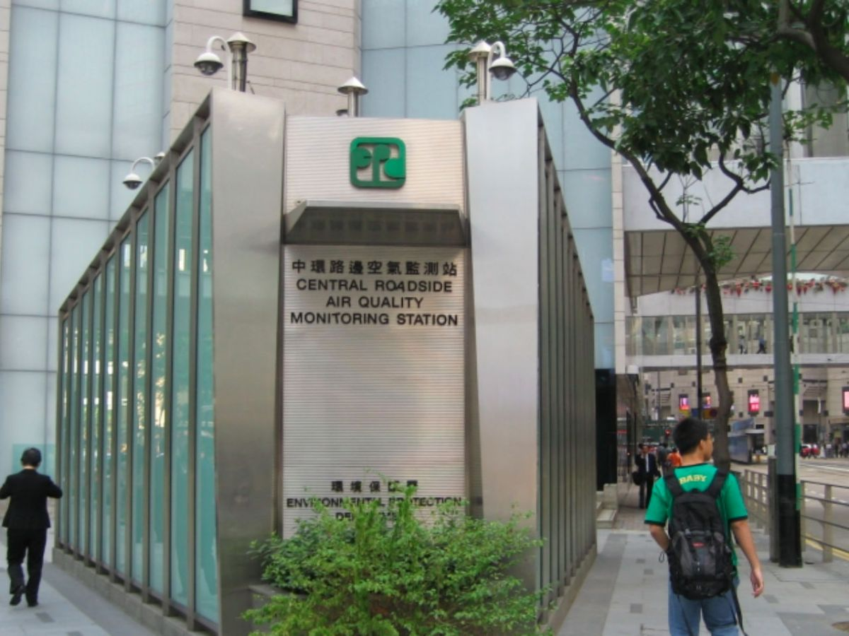An air quality monitoring station in Central Hong Kong. Photo: Wikimedia Commons, Ahleong