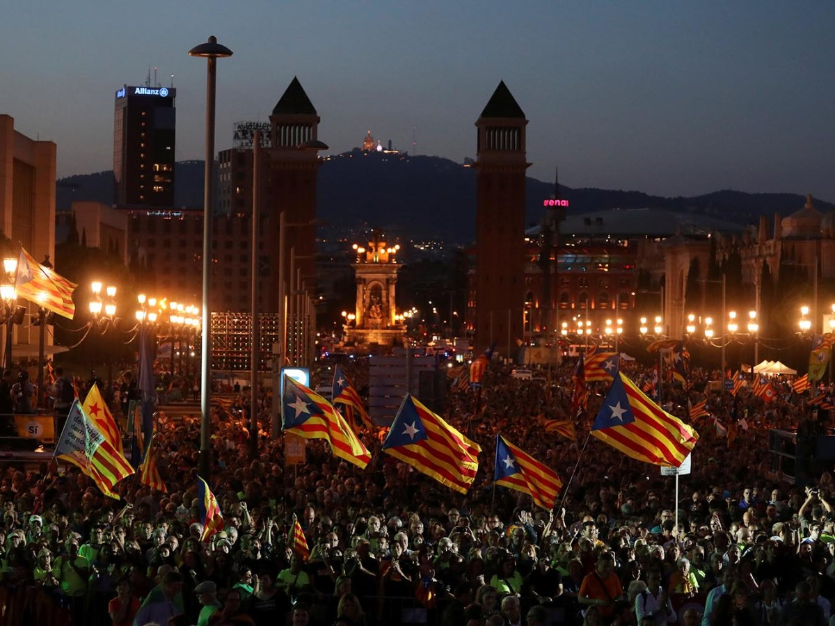 People wave Esteladas (Catalan separatist flags) as they attend a closing rally in favor of the banned October 1 independence referendum in Barcelona, Spain, on September 29, 2017. Photo: Reuters / Susana Vera