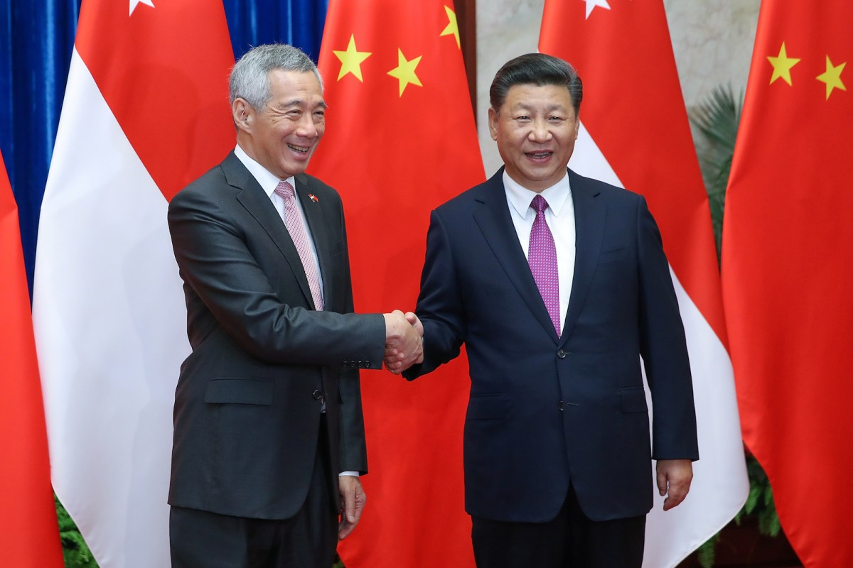 Singapore Prime Minister, Lee Hsien Loong shakes hands with Chinese President Xi Jinping before a meeting at The Great Hall Of The People in Beijing, China September 20, 2017  Photo: Reuters/Lintao Zhang