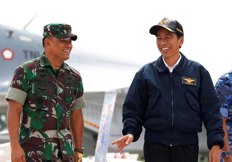 FILE PHOTO: Indonesia's President Joko Widodo (R) talks with military Chief Gatot Nurmantyo as they walk past fighter jets and weapons during a military exercise on Natuna Island, Riau Islands province, Indonesia October 6, 2016. REUTERS/Beawiharta/File Photo