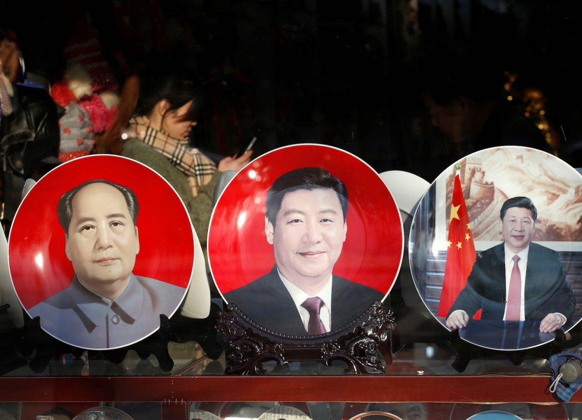 Souvenir plates bearing the images of Chinese President Xi Jinping and late Chairman Mao Zedong are displayed at a shop near the Great Hall of the People in Beijing. File Photo: Reuters / Kim Kyung-Hoon