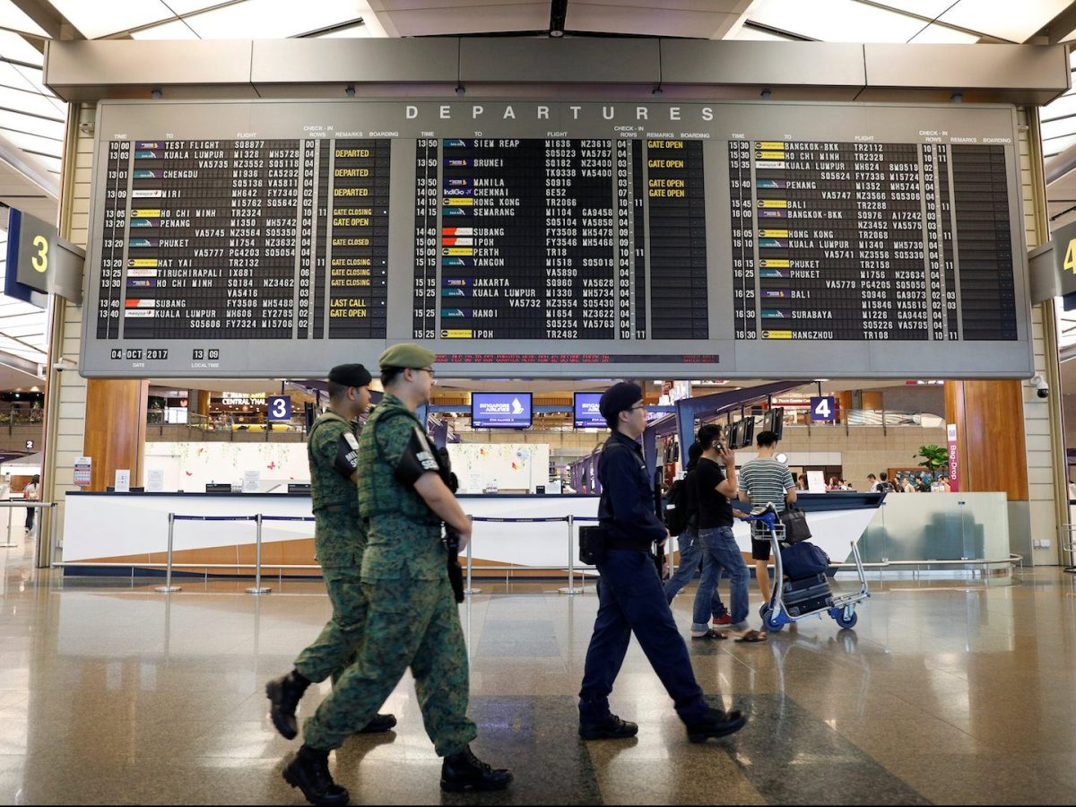 Armed police and soldiers patrol Changi Airport's Terminal 2 in Singapore on October 4, 2017. Photo: Reuters / Edgar Su