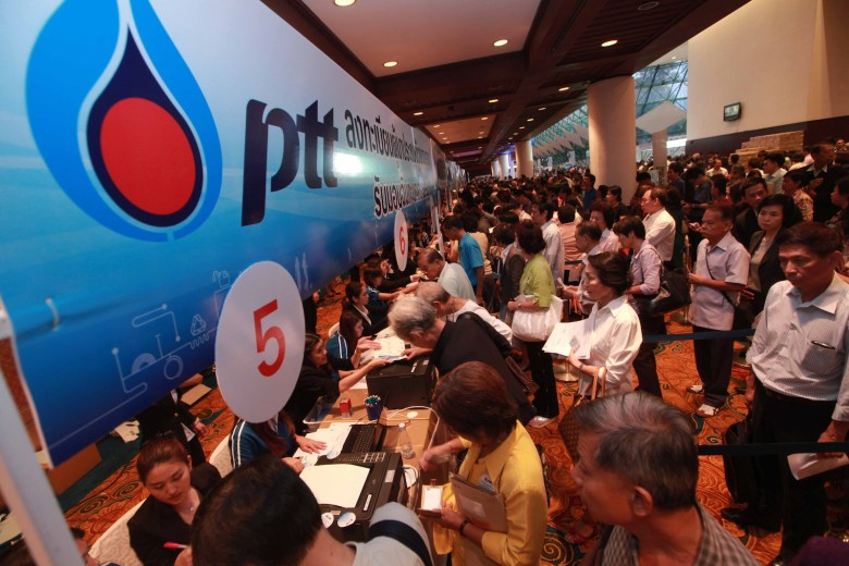Investors queue to register for PTTís annual general shareholdersí meeting, 11 April 2013, at the Queen Sirikit National Convention Center in Bangkok. Bangkok Post Photo/SOMCHAI POOMLARD