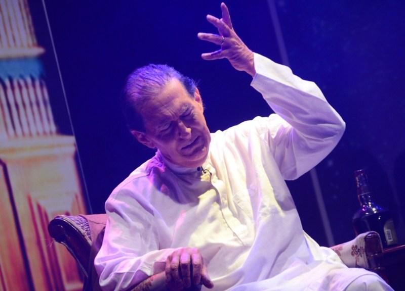 Tom Alter plays the role of Urdu poet Sahir Ludhianvi in the play Parchhayiaan. (Image via whatsuplife.in)