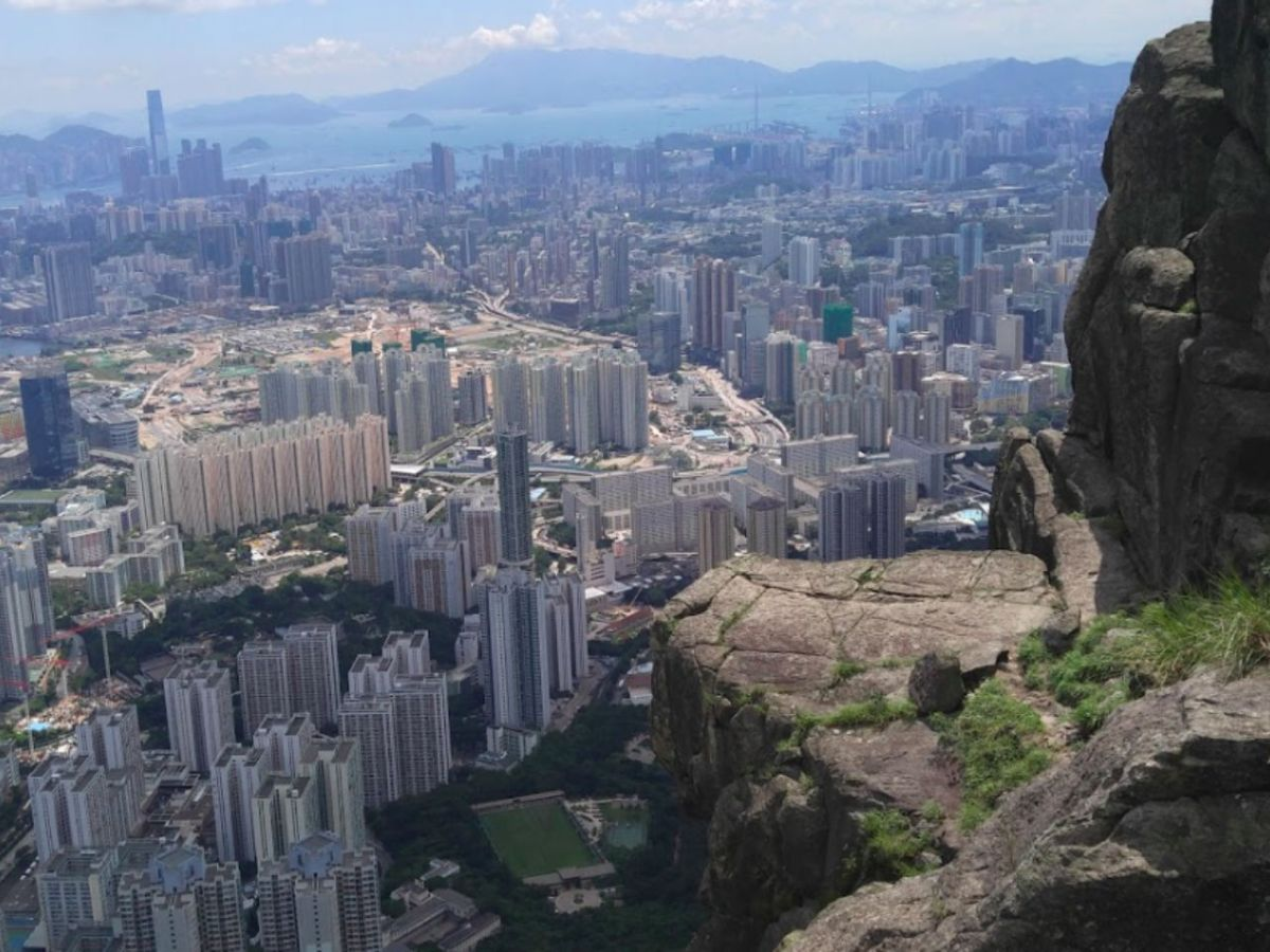 Five schoolgirls and their rescuers were forced to spend the night near Kowloon Peak. Photo: Google Maps/Kai Wang Leung