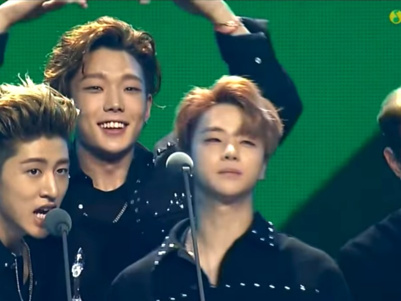 Korean dance group iKon speak in Mandarin onstage during a music award event organized by Tencent Music. Photo: Youtube, Tencent Music