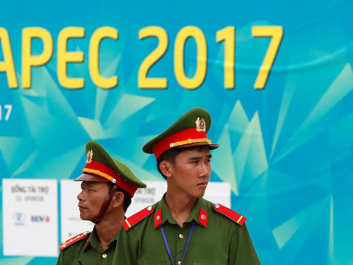 Vietnamese police officers stand next to a sign near the venue of the APEC summit in Danang, Vietnam November 9  2017. Photo: Reuters/Jorge Silva