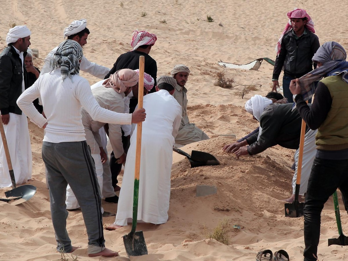 People bury the body of a mosque attack victim in North Sinai, Egypt, on Nov. 25, 2017. Photo: AFP / Ahmed Gomaa