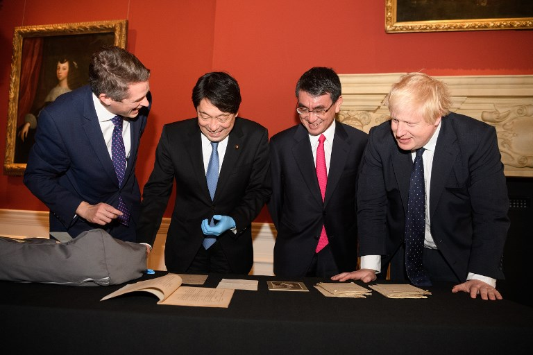 (L-R) Britain's Defence Secretary Gavin Williamson, Japan's Defence Minister Itsunori Onodera, Japan's Foreign Minister Taro Kono and Britain's Foreign Secretary Boris Johnson examine a selection of historical naval artifacts in the Queen's House gallery on December 14, 2017 in London. Photo: AFP / Leon Neal