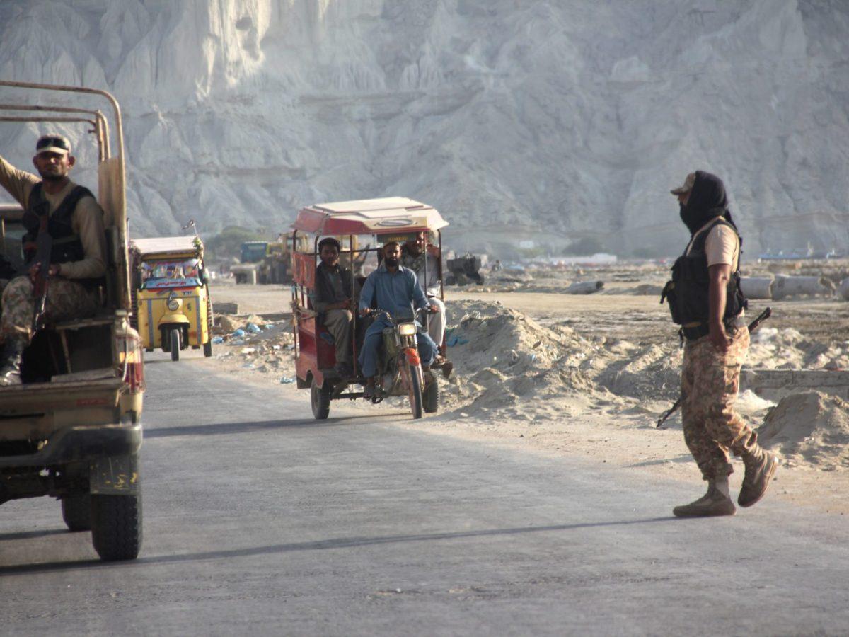 Pakistani soldiers stop traffic near Gwadar port in troubled Baluchistan province. Photo: AFP / Christine-Felice Röhrs / dpa