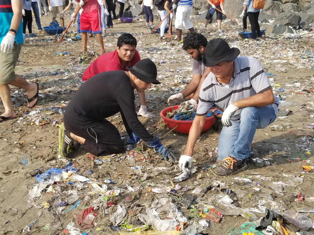 Afroz Shah and his volunteers cleaning up a Mumbai beach. Photo: Courtesy Afroz Shah on Twitter