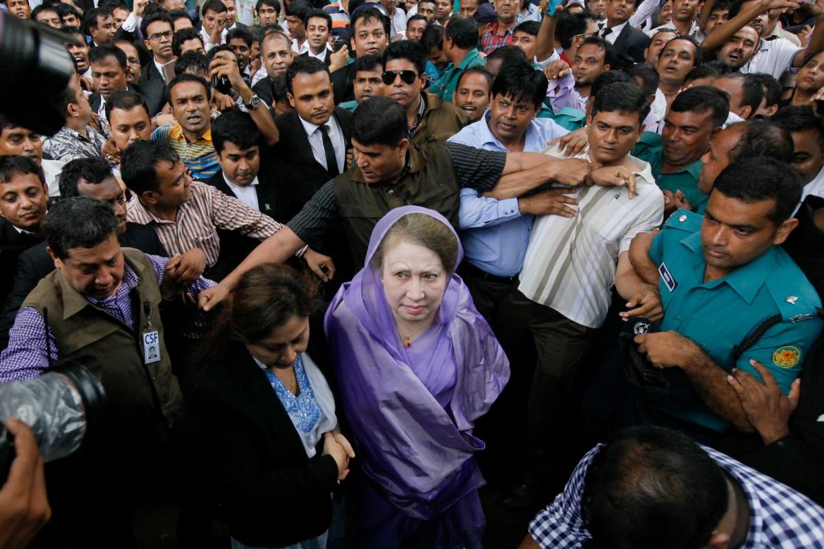 Former Bangladeshi prime minister Khaleda Zia arrives at a court in Dhaka on August 10, 2016. Photo: NurPhoto via AFP / Mehedi Hasan