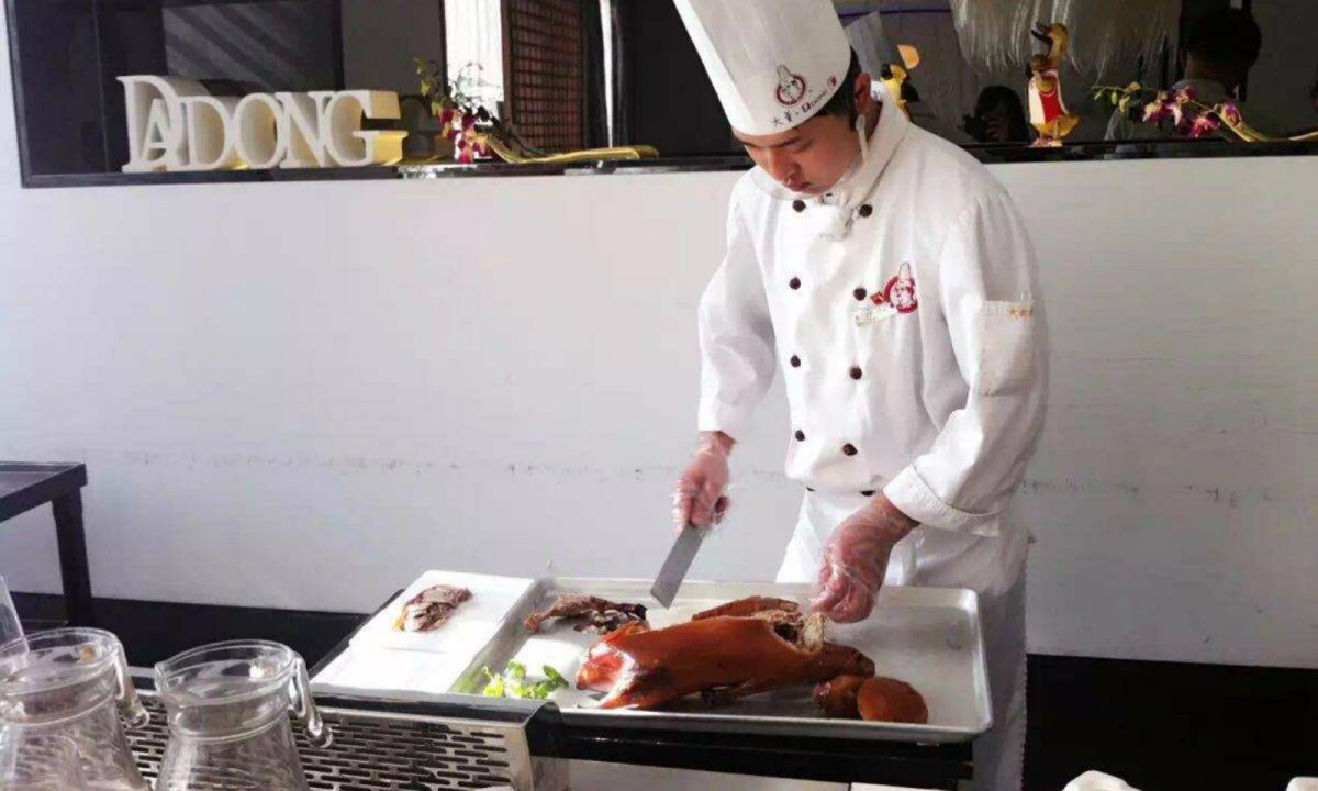 A chef makes a dish of Peking roasted duck in a DaDong restaurant in Beijing. Photo: Ctrip.com, Baidu.com