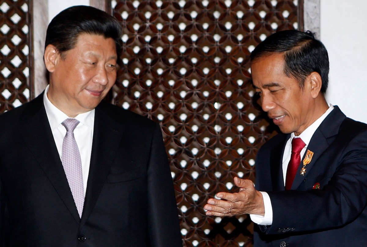 Indonesian President Joko Widodo (R) shows the way to China's President Xi Jinping during a bilateral meeting in Jakarta on April 22, 2015. Photo: AFP/Pool/Adi Weda
