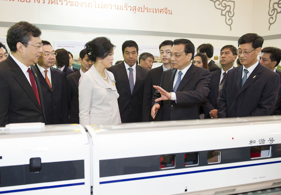 A file photo shows Chinese Premier Li Keqiang introducing a Chinese bullet-train model to his then Thai counterpart Yingluck Shinawatra during his visit to Thailand in 2013. Photo: Xinhua
