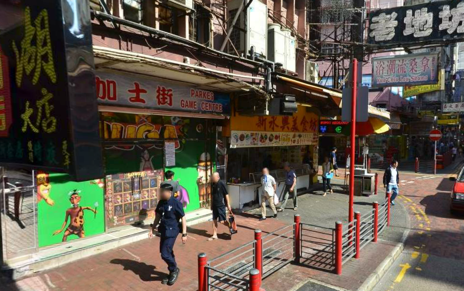 A signboard of a gaming centre in Hong Kong's Nanking Street fell and injured three pedestrians on Tuesday afternoon. Photo: Google Maps