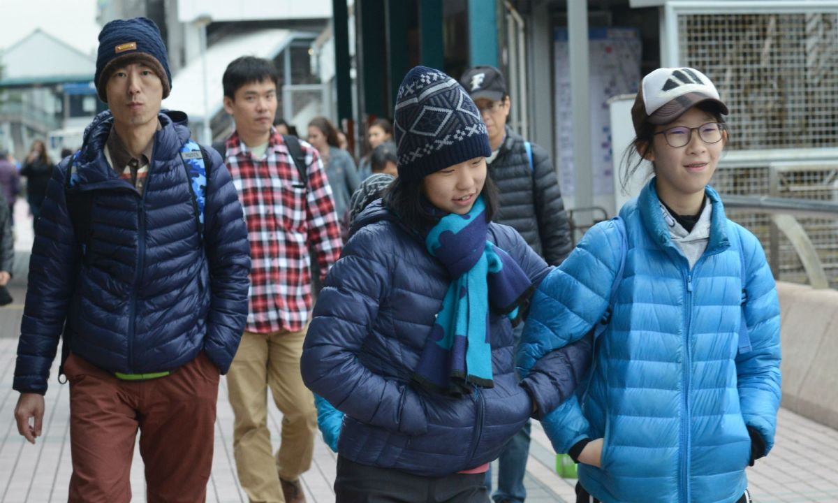 People bundle up in Central, Hong Kong Island. Photo: HK Government