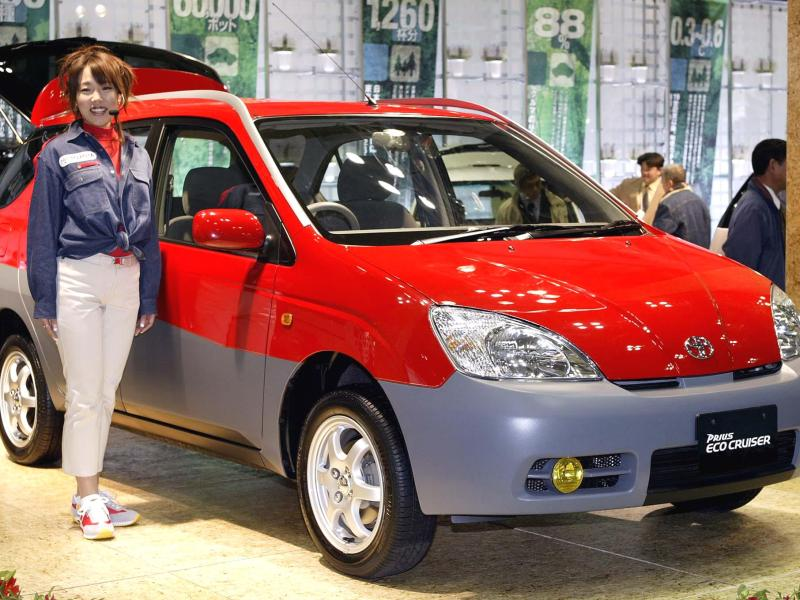 "A Toyota employee displays the prototype model of the hybrid-engine SUV ""Prius EcoCruiser"" in Tokyo, on February 15, 2002. Photo: AFP / Yoshikazu Tsuno"