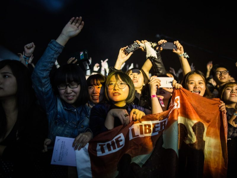 Fans react as they watch UK rock band The Libertines perform at the annual Clockenflap music festival in the Kowloon district of Hong Kong on November 29, 2015. The city's only annual music and multimedia festival, Clockenflap aims to promote music and art in Hong Kong featuring a lineup of local, regional, and international performers.     AFP PHOTO/ANTHONY WALLACE / AFP PHOTO / ANTHONY WALLACE