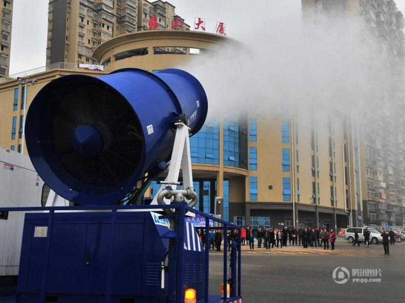 A truck-mounted mist cannon blows away dust in the air on a hazy day. Photo: Tencent