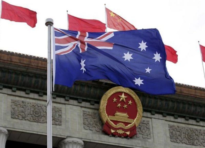 2016年4月14日,澳洲国旗飘扬在人民大会堂前,当日北京举行的澳洲亚总理总理东尼‧阿博特(不在图片中)的欢迎仪式。相片:路透社/ Jason Lee