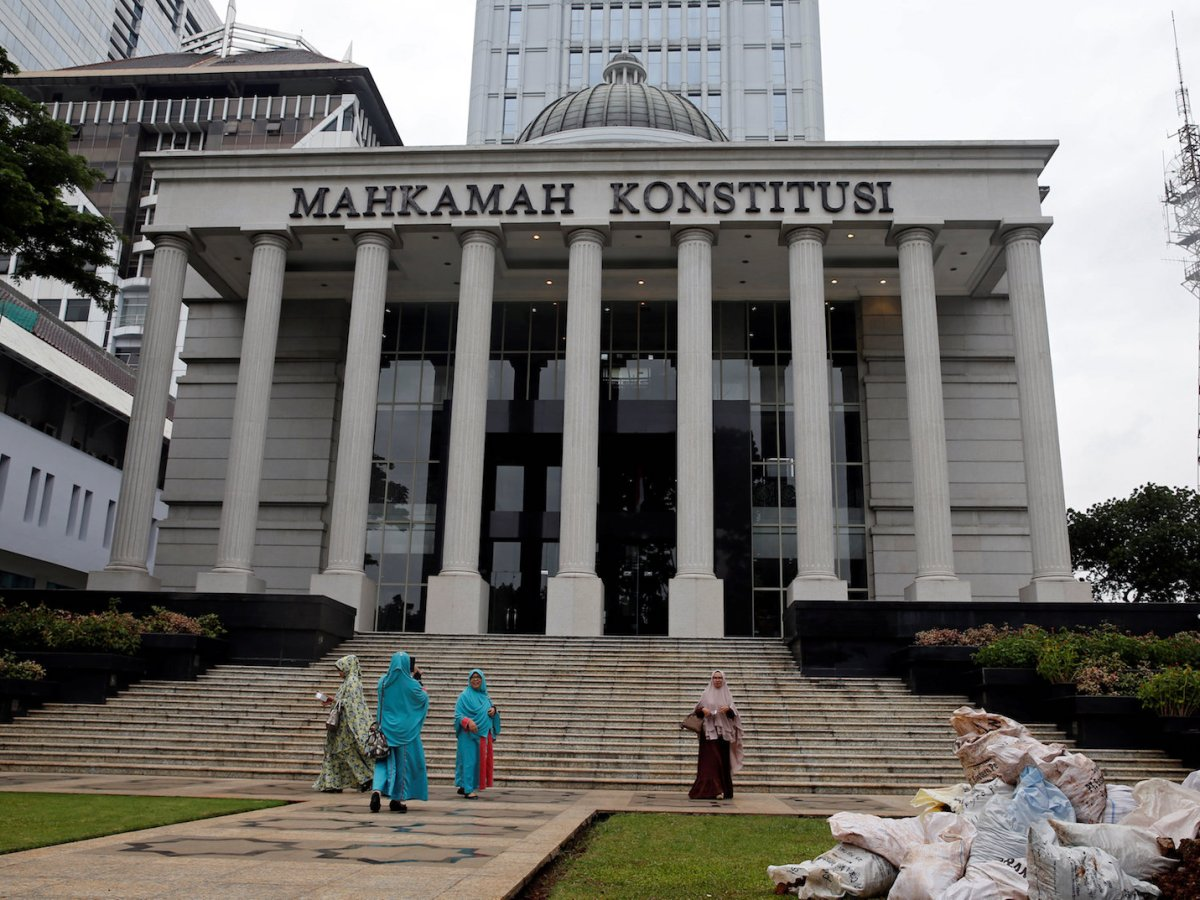 Muslim women walk in front of Indonesia's Constitutional Court in Jakarta after attending a trial on December 14, 2017. Photo: Reuters / Beawiharta