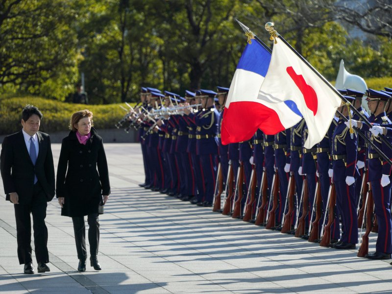 Japanese Defense Minister Itsunori Onodera (left) and his French counterpart Florence Parly inspect an honor guard at the Defense Ministry in Tokyo on January 27, 2018. Photo: Reuters / Eugene Hoshiko / Pool