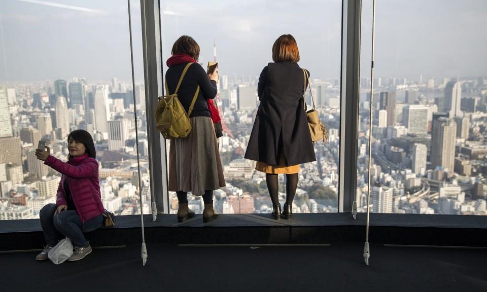 2018年1月20日,游客在六本木一帷商厦拍摄东京天际线的照片和自拍。相片:AFP / Behrouz MEHRI