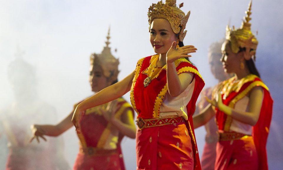 2016年9月7日,老挝舞蹈员在老挝永珍国家会议中心举行的东南亚国家联谊晚宴上表演。相片:法新社/ Sol Loeb